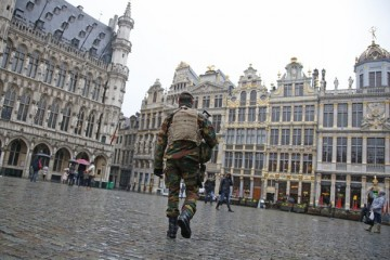 "A Belgian soldier patrols on Brussels Grand Place  in central Brussels, November 21, 2015, after security was tightened in Belgium following the fatal attacks in Paris. Belgium raised the alert status for its capital Brussels to the highest level on Saturday, shutting the metro and warning the public to avoid crowds because of a ""serious and imminent"" threat of an attack.  REUTERS/Francois Lenoir - RTX1V58X"